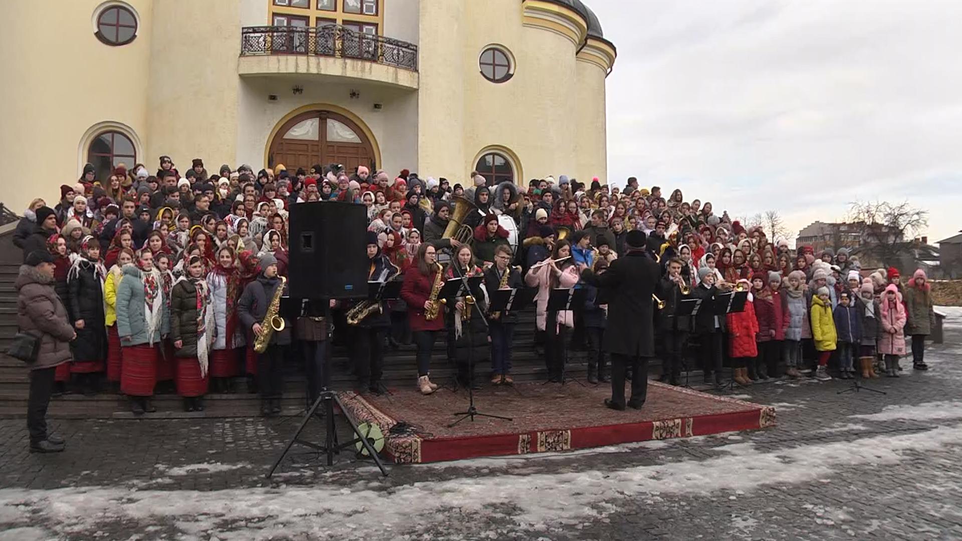 Майже 250 школярів з усіх шкіл Коломийщини синхронно заколядували (відеосюжет)