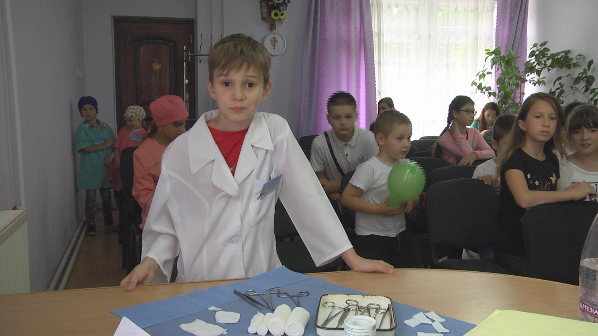 В Коломиї кілька десятків дітей спробували себе у ролі медиків (відеосюжет)