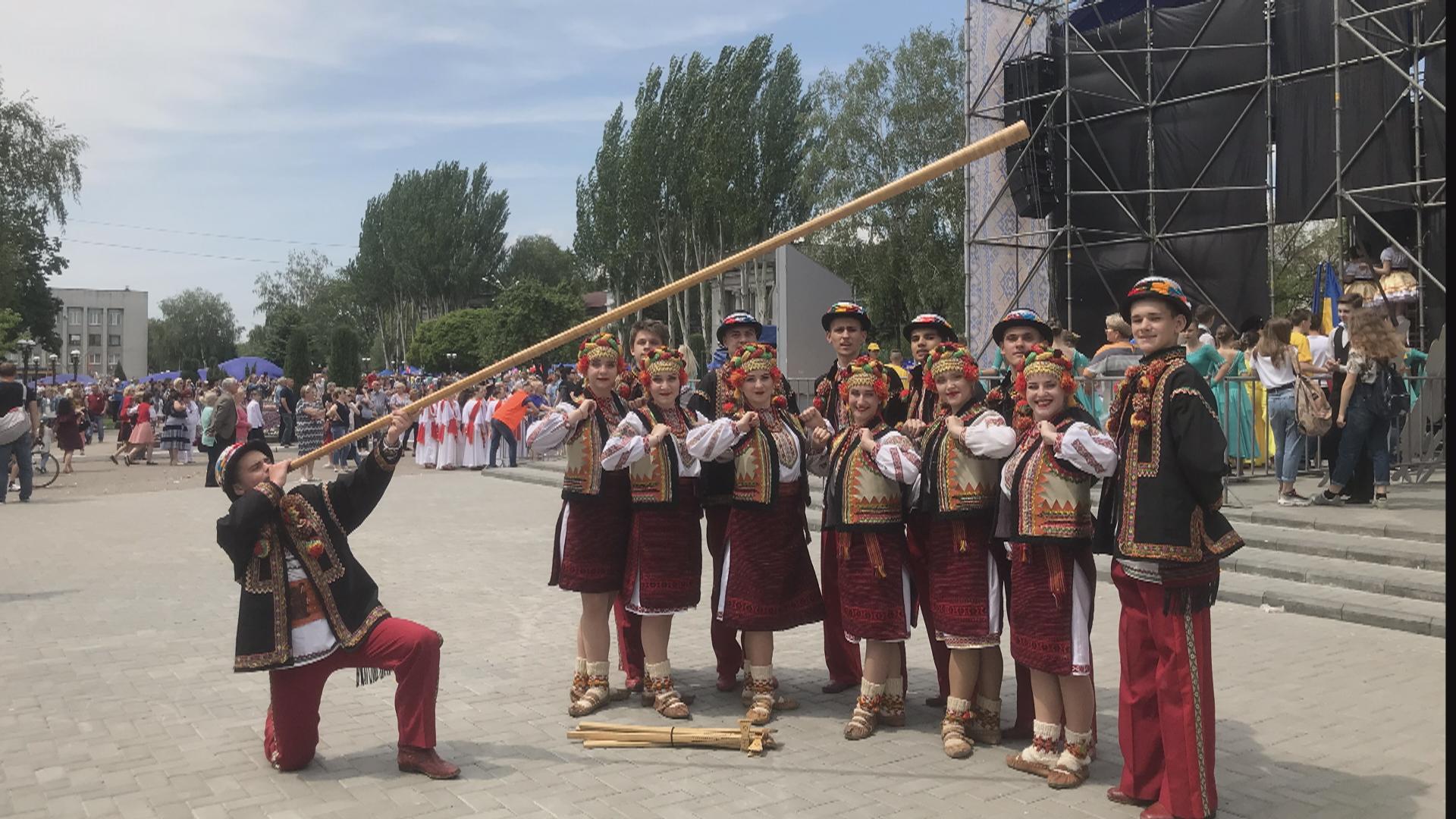 Коломийський танцювальний колектив виступив на Донбасі (відеосюжет)