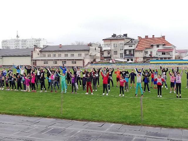 На Коломийщині майже 500 дітей одночасно виконували гімнастичні вправи (відеосюжет)